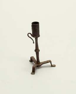 A tripod base with simple, flat feet. Small knob halfway up the stem. Handle with ball finial.