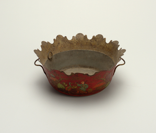 Bowl with straight sides and scalloped rim and chinoiserie decoration.