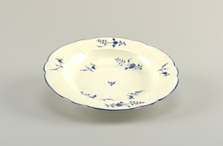 Straight marly with shaped edge, with underglaze blue line. Sprigs of flowers in underglaze blue in cavetto and on marly.