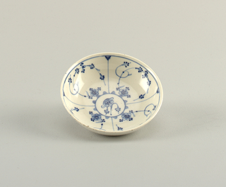 "Curved shape, reeding on the outside. Decoration of underglaze blue ""strohblumen"" pattern."