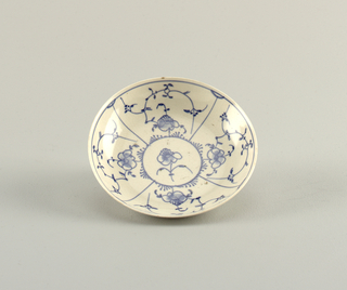 "Curved, with ""strohblumen"" pattern in underglaze blue."