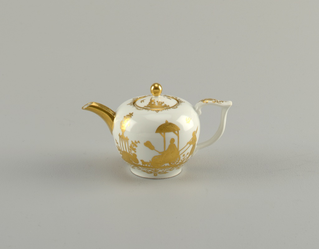 Globous, with short gilded hexagonal spout and double-scrolled handle. Flat-domed cover with gilded knob. Engraved gilt chinoiserie decoration of figures with scrollwork.