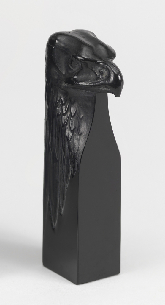 Black glass forming the bust of a bald eagle.
