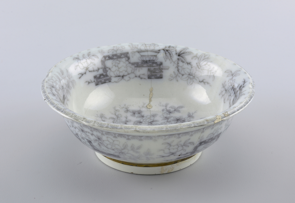 Bowl with Chinese-style decoration. Cracks are repaired with gold (kintsugi).