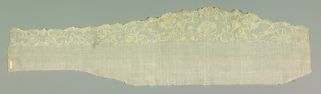 Scalloped muslin border showing intertwining floral garland and ribbon in an asymmetric pattern.