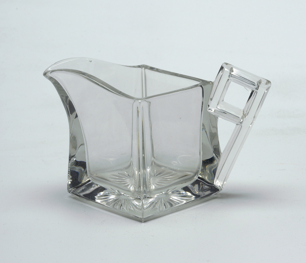 Diamond shaped creamer with handle