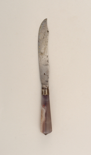 Sabre-shaped blade with curved upper edge. Plain bolster, silver engraved ferrule with scalloped border. Flaring, faceted agate handle, silver conical mount on top.