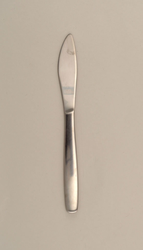 Rounded pointed blade with serrated edge. Tapering, rounded square handle formed as one piece.