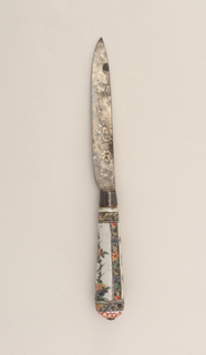 Leaf-shaped blade with straight upper edge. Plain bolster. Tapering silver ferrule with traces of gilding. Tapering white porcelain handle with rounded end. Floral decoration, with birds and decorative bands along the sides, top and bottom of the handle in black, green, yellow, red and blue. Small button cap at the end of the handle (Famille Verte).