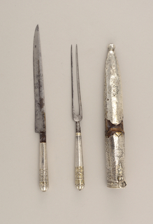 Two long straight tines with rounded shoulders. Facetted neck, octagonal silver handle with rounded top, engraved decoration.