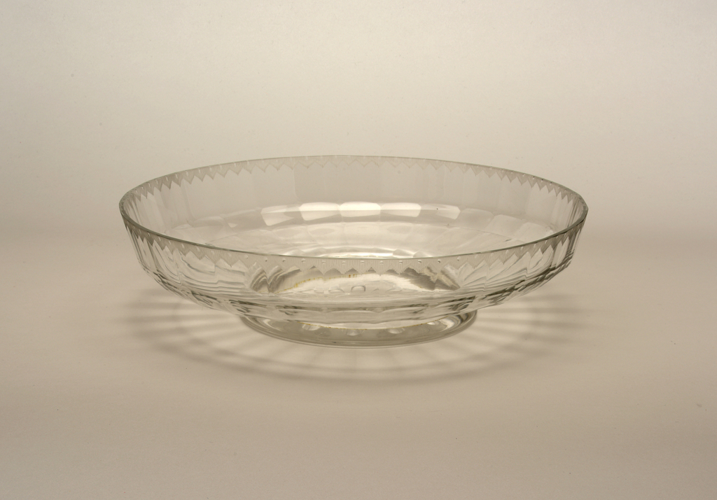 Mouth-blown crystal fruit bowl on base, elaborately facet-cut and polished.