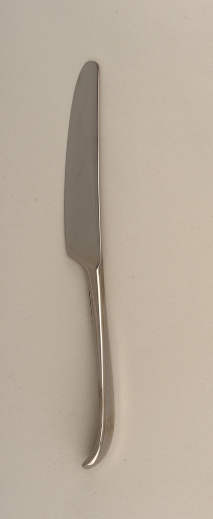 Smooth bladed joined handle which is curved in profile.