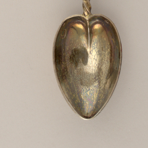 Pointed, heart-shaped bowl and twisted stem, circular crusher with smooth surface.