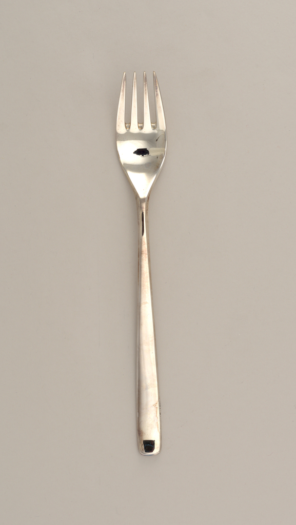 With deep oval bowl. Below the handle join, a one-half-inch long double-reeded segment terminating in a canted notch extends on to the upper edge of the spreading rectangular, square-ended handle.