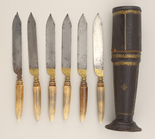 Sabre-shaped blade, the shoulder etched and gilded. Waisted bolster, octagonal, engraved with stylized leaves. Horn handle tapering towards the point, oval in section, carved horizontal bands near bolster.