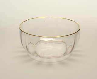 Mouth-blown crystal finger bowl, with a twisted stem and a structured cup with gold rims.