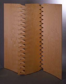 Screen composed of three slightly curved, rectangular panels, interlocking along serrated edges.