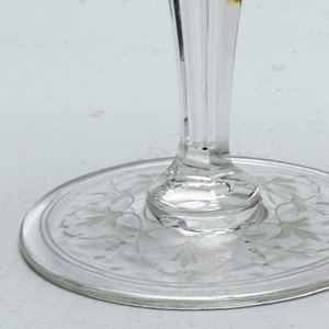 Mouth-blown crystal cordial glass with engraved ornaments, facet-cut and polished.