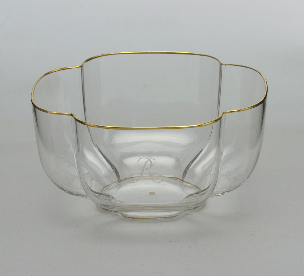 "Mouth-blown crystal finger bowl with engraved ""R"", hand-painted with gold rims."