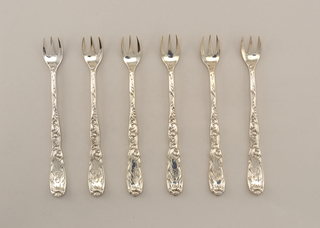 "Three short tines, widely spaced; design in Chrysanthemum pattern, with engraved ""B"" in reserve"