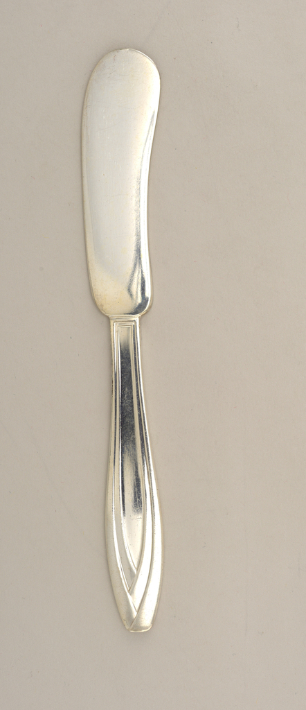 Blade and handle constructed as one piece. Blade kidney bean-shaped.