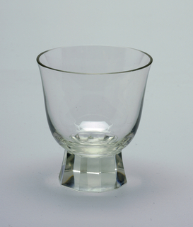Mouth-blown crystal wine glass, bell-shaped, facet-cut and polished base.