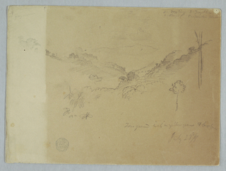Horizontal view of a mountain range, bordered by the banks of a valley with clouds.