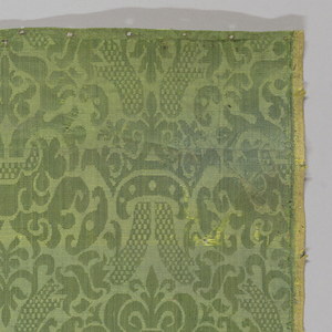 Broken ogives with central palmettes in green damask.  Selvage both sides.