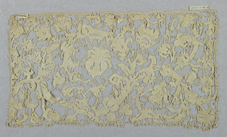 Large collar and pair of cuffs. Needle lace, Flat Point de Venise, in all-over branching floral pattern, connected by bride picotées. Portes throughout.