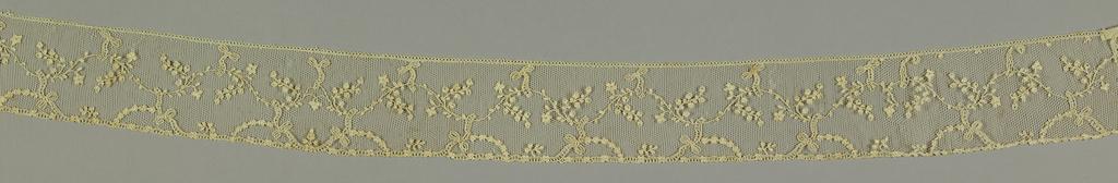 Borders show floral and foliated sprays running in serpentine arrangement, interspersed boy bow-knots. Fond: réseau ordinaire. Modes: petit réseau, enchainettes, cordonnet.