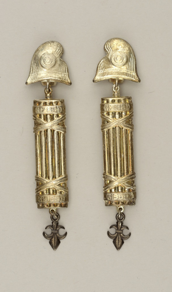 Earrings in the shapes of fasces.