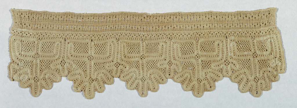 Edge composed of a band of deflected work and scalloped edge in bobbin lace.