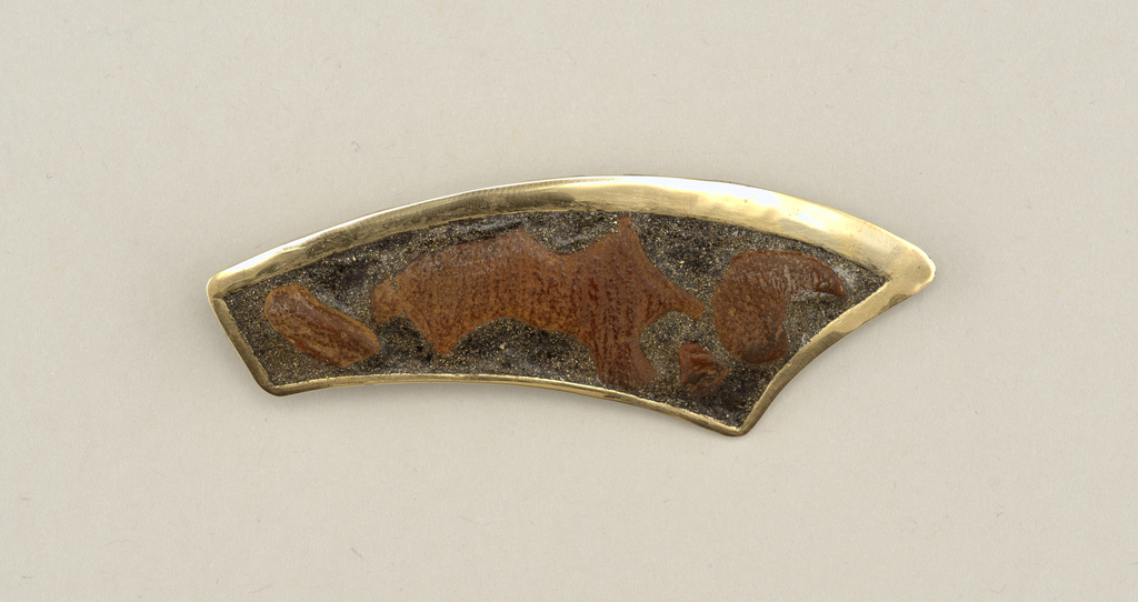 Flat horn-shaped brooch with wood and bordered by gold.