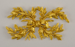Four bound crossed laurel leaf bows.