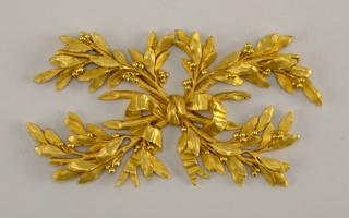 Four bound crossed laurel leaf bows.