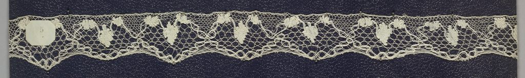Edge of bobbin lace, floral ovals repeated; early 18th century Bedford.