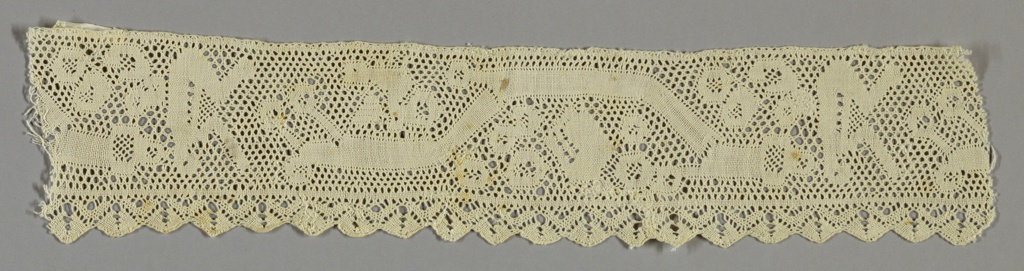 Border with shallow scallops and Valenciennes ground. Each scallop is filled with a flower motif.