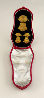Suite of gold jewlert with a brooch and a pair of earrings, in a fitted box.