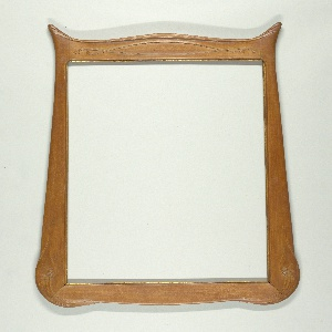 Vertical rectangle, of natural wood, with gilt rabbet. Flat moulding, slightly rounded at edges. Flaring, pointed lower corners and bow-shaped bottom with relief ornament. Upper part swelling and with generously rounded corners with scroll ornaments.