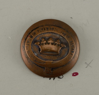 "Slightly convex button with ornament of a crown on which appears ""Arme pour le Roi"". Brass back, copper shank.