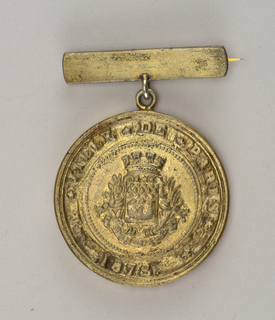Round medal hanging from flat bar pin. Cast crest and raised letters: VILLE DE PARIS 1878.  Verso: EXPOSITION DES TRAVAILLEURS INDEPENDANTS / MEDAILLE DECERNEE A.M. ZABINKSI 1878.