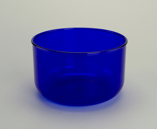 Transparent blue bowl with 3 1/2 quart capacity