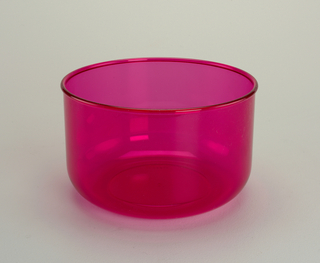 Transparent fuschia bowl with 3 1/2 qt. capacity