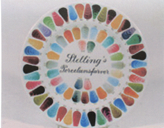 "Circular plate, the white ground with small, tear-shaped color samples painted around the rim and well, a different number painted in black above or below each sample; in center of plate, painted in black: ""Stelling's Porcelaensfarver"" (in script)."