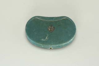 "B: a box of blue velvet designed to hold the necklace.  On the undeside of the cover in gold letters : ""Tiffany and Co. New York Ave de l'opera 36 bis Paris"" and on the cover of the box is the monogram: ""PDO"" in silver letters."