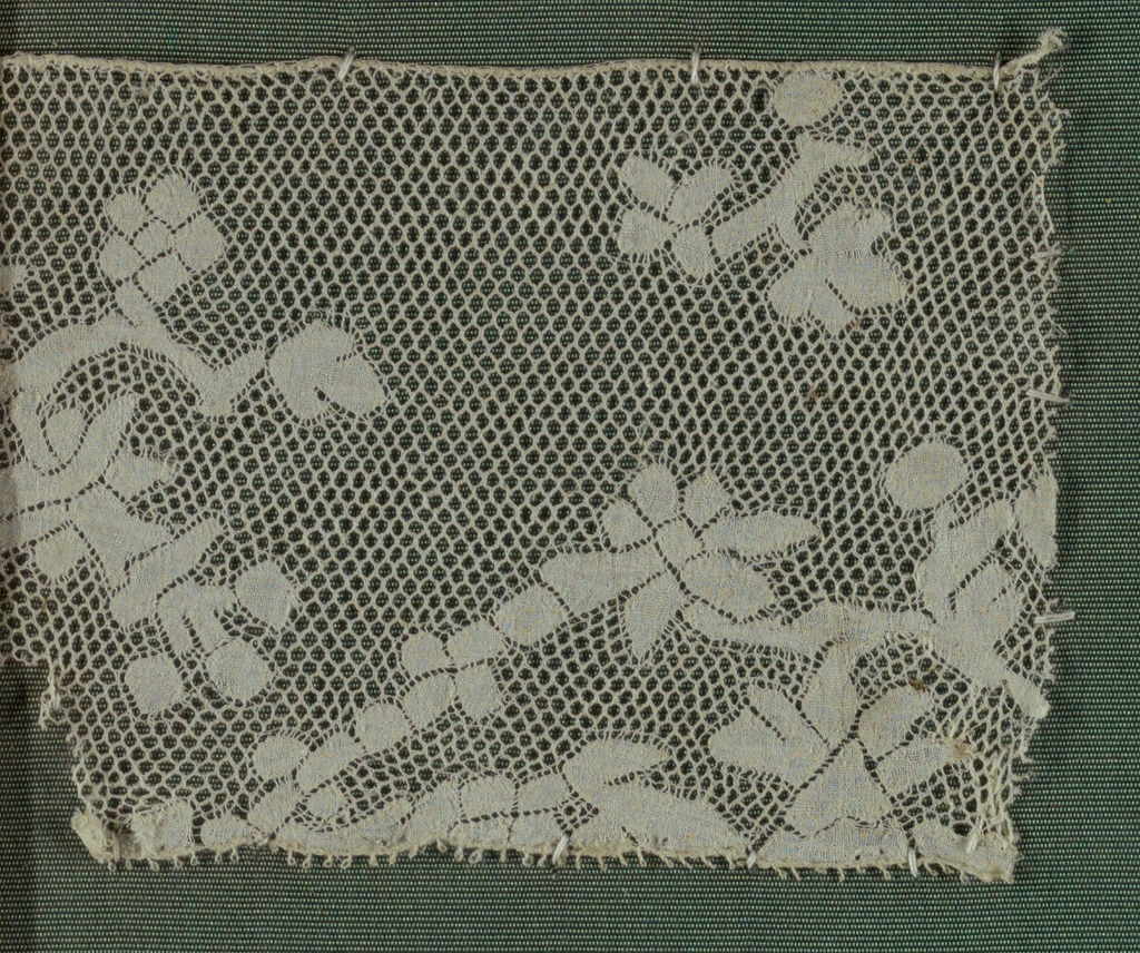 Border with a picot edge. Design of small, squarish flowering brances. Round mesh.