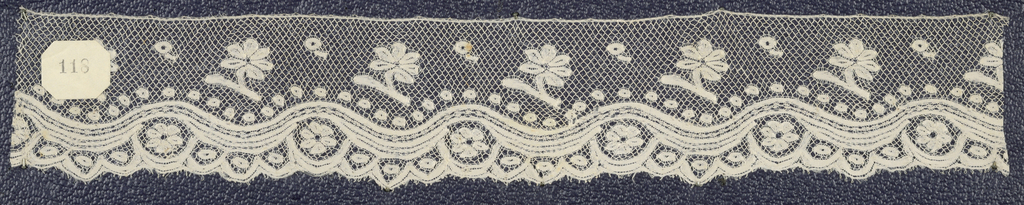 Bobbin lace edge sample, wave band and blossom border; late 18th century Valenciennes