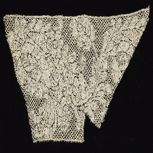 Border fragment with a straight picot edge. Serpentine pattern of flowers and foliage. Five hole mesh. (Cinq trous ground.)