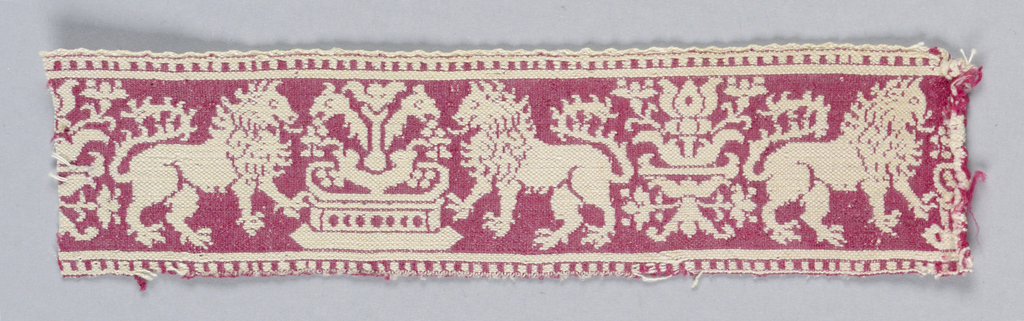 Band with a reversible design of lions flanking a fountain.