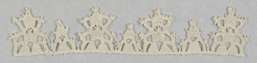 Narrow border of points in two sizes, alternating. Fine, flat needle lace technique.